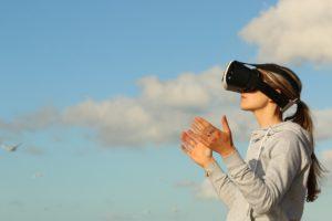 Femme avec casque VR