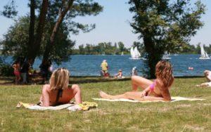 deux jeunes personnes qui bronzent sur la plage de Bordeaux entre adolescents